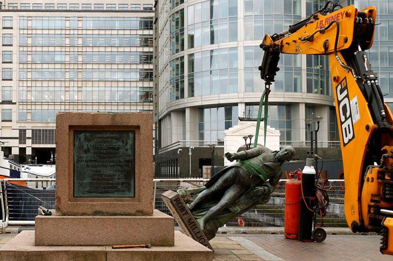 В Лондоне с площади перед музеем района Доклендс демонтировали статую предпринимателя и рабовладельца XVIII века Роберта Миллигана.