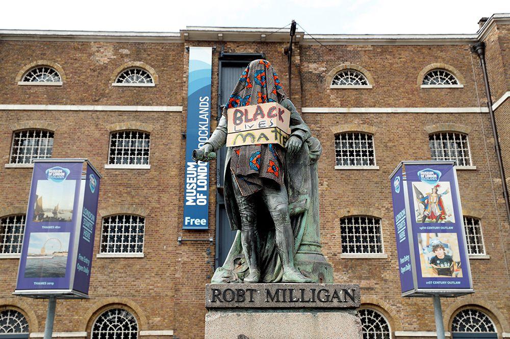 Памятник Роберту Миллигану в Лондоне.