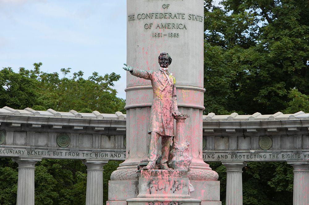 Разрисованный граффити памятник Джефферсону Дэвису в Ричмонде, штат Виргиния.
