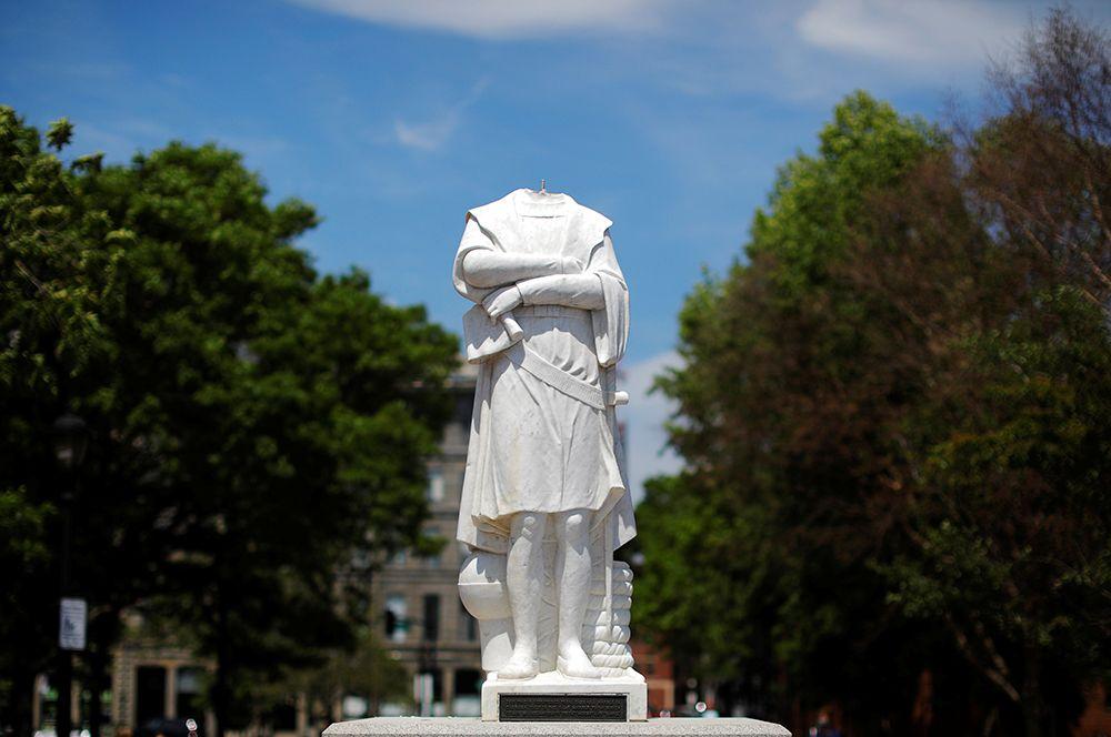 Обезглавленный памятник первооткрывателю Америки Христофору Колумбу в Бостоне.