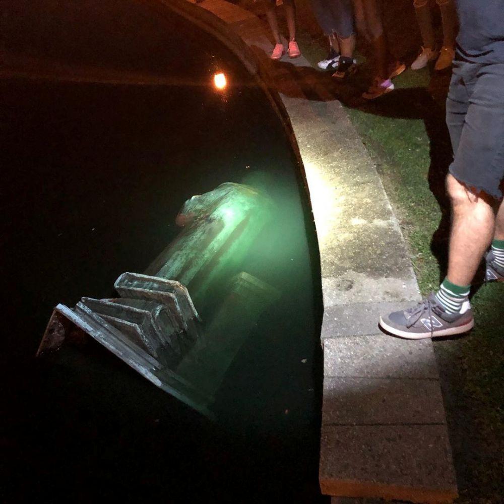 Протестующие в городе Ричмонд, штат Виргиния, снесли памятник Христофору Колумбу и бросили его в озеро. В тот же день власти Бостона решили временно демонтировать статую мореплавателя после нападения вандалов.
