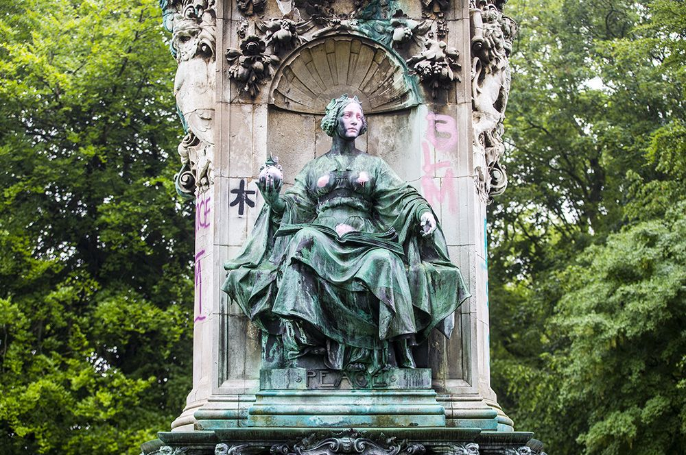 Пострадала от рук вандалов и статуя королевы Виктории в Лидсе, Великобритания.