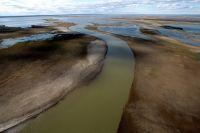 Нефтяной пленке на реке не видно.