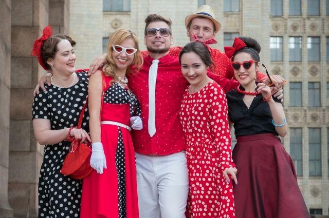 Тюменским модницам рекомендуют присмотреться к кружевам и платьям в горох