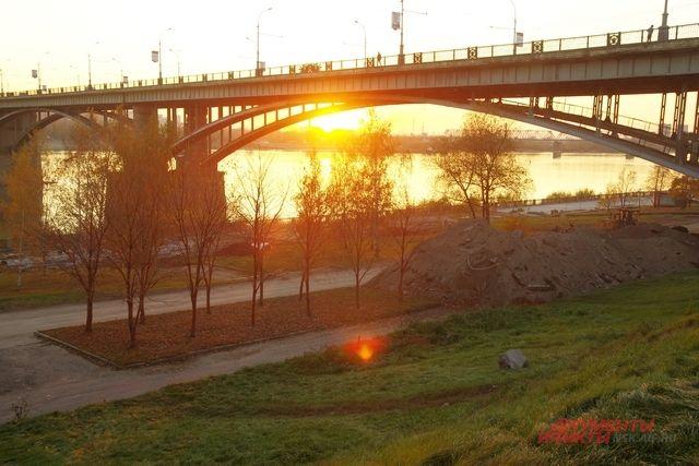 В начале видеозаписи под музыку со звуками балалайки идет нарезка видов Новосибирска.