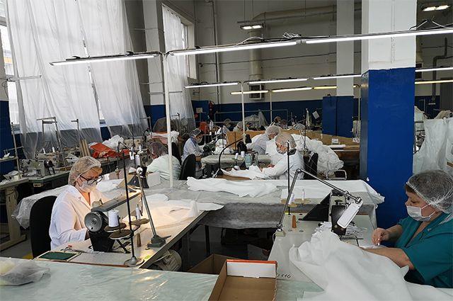 Пошив защитных костюмов в цехах КазХимНИИ.
