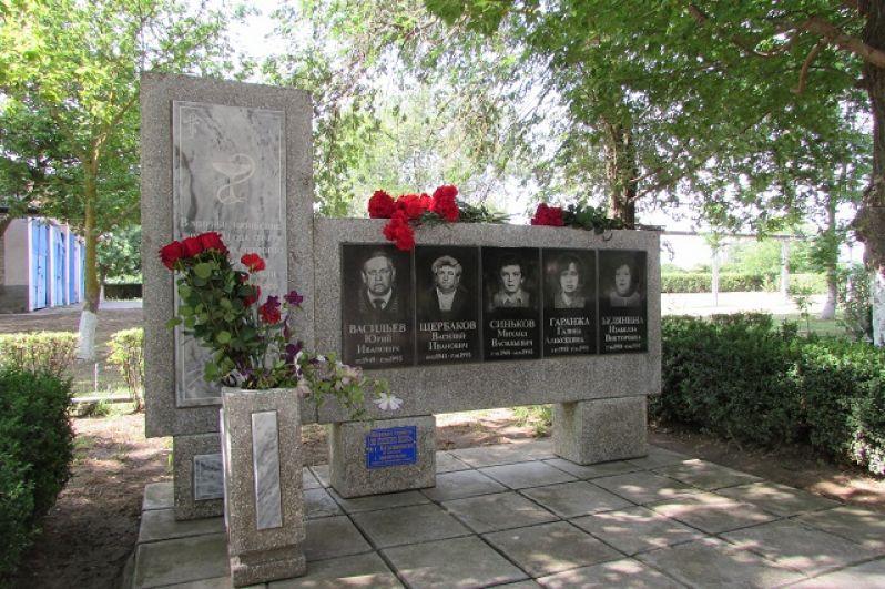 Аллея на территории больницы вся в памятниках спецназовцам, милиционерам, медработникам.
