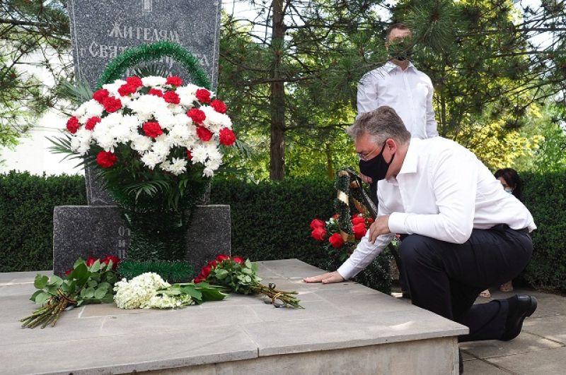 Губернатор Ставрополья возложил цветы к памятнику погибшим жителям города на территории больницы, у часовни, построенной в память о тех событиях.