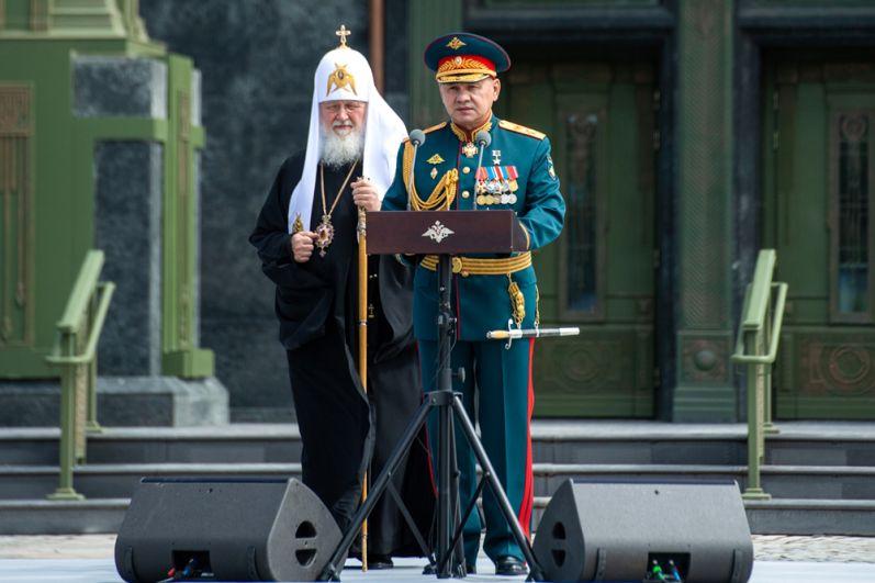 Патриарх Московский и всея Руси Кирилл (слева) и министр обороны РФ Сергей Шойгу перед церемонией освящения главного храма Вооруженных сил РФ.