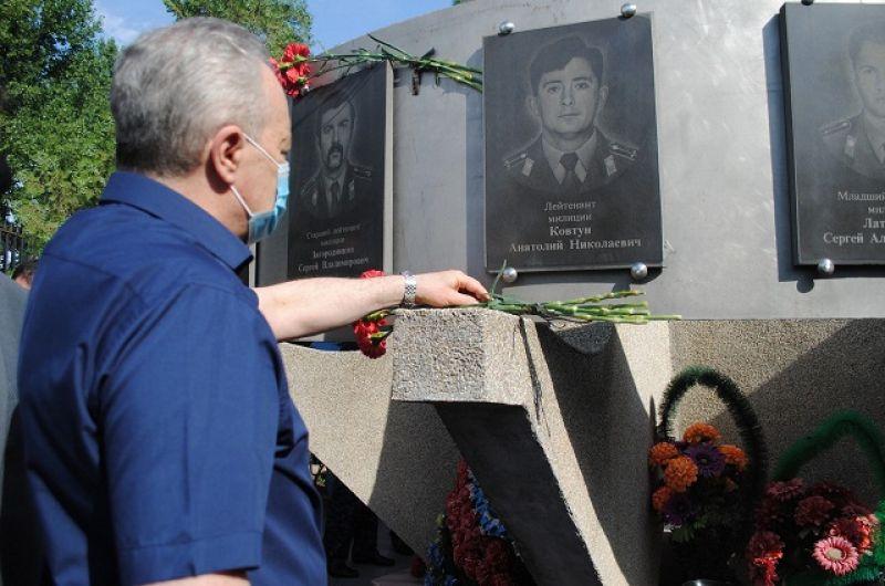 У памятника погибшим милиционерам на территории отдела МВД.