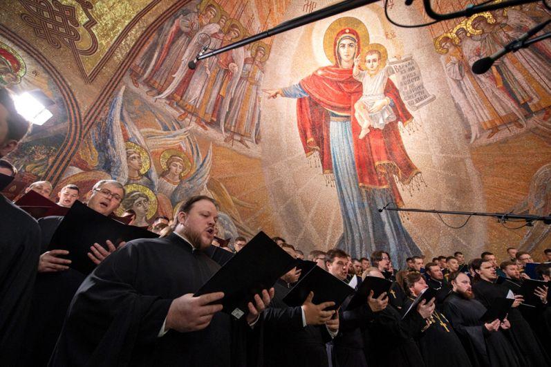 Церковный хор во время церемонии.
