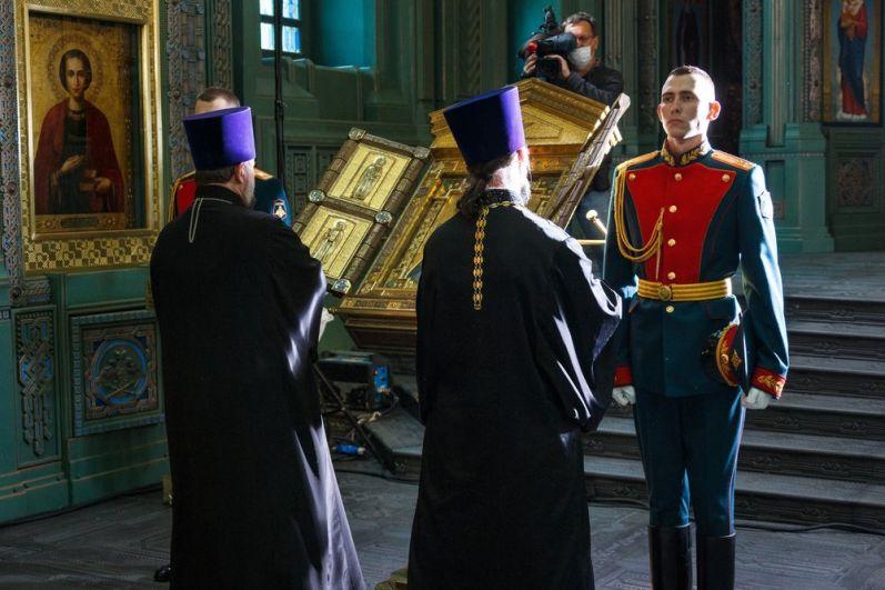 Военнослужащие у иконы, доставленной из храма преподобного Сергия Радонежского.