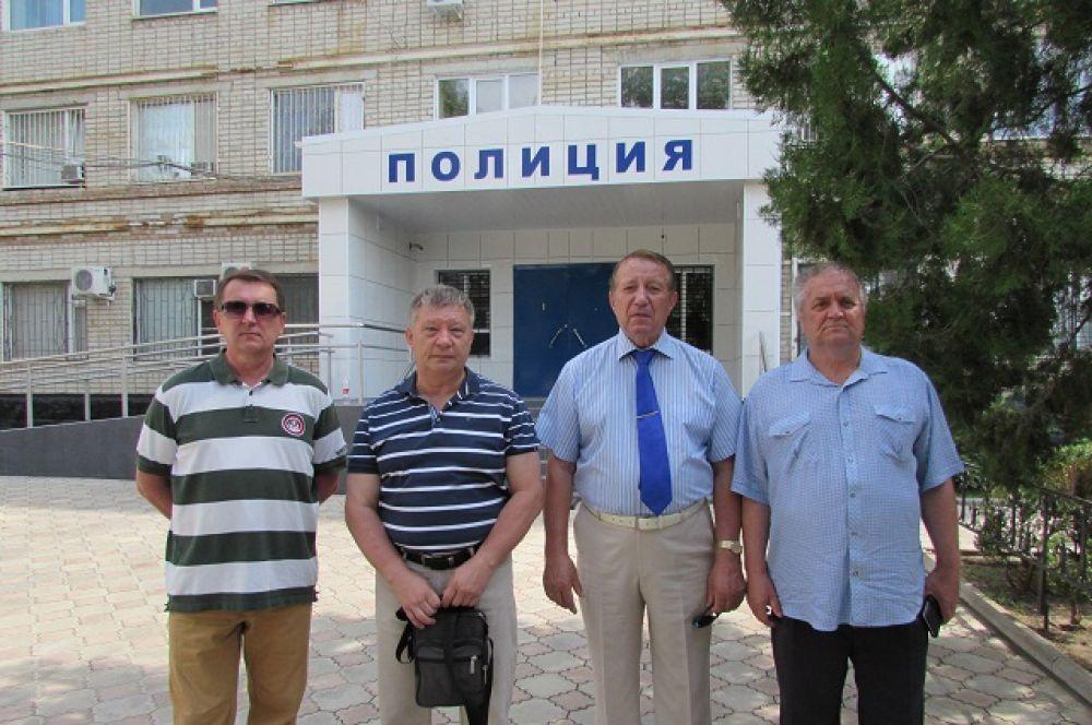 Бывшие сотрудники УВД, выжившие во время атаки террористов. Начальником управления на тот момент был Николай Ляшенко (второй справа).