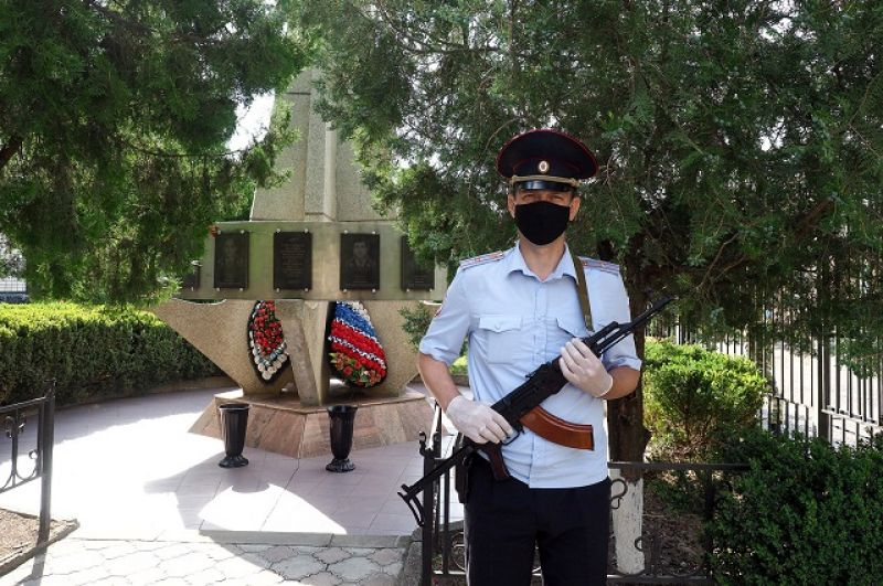 Памятник погибшим милиционерам у здания отдела МВД.