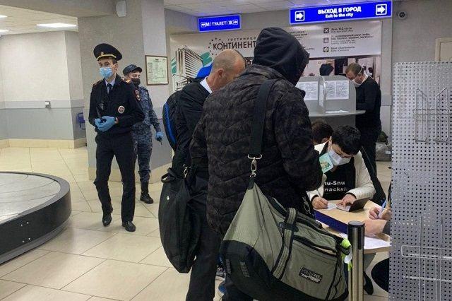 В аэропорту Ставрополя фиксируют данные пассажиров и выдают уведомление о двухнедельном карантине