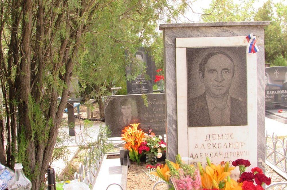 Памятник на могиле убитого за рулём водителя автобуса №103