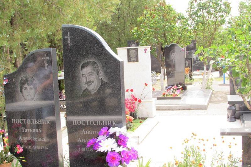 Погибших в те трагические дни на городском кладбище хоронили рядами.