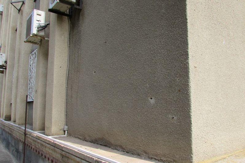 Отметины пуль на здании администрации города и района.