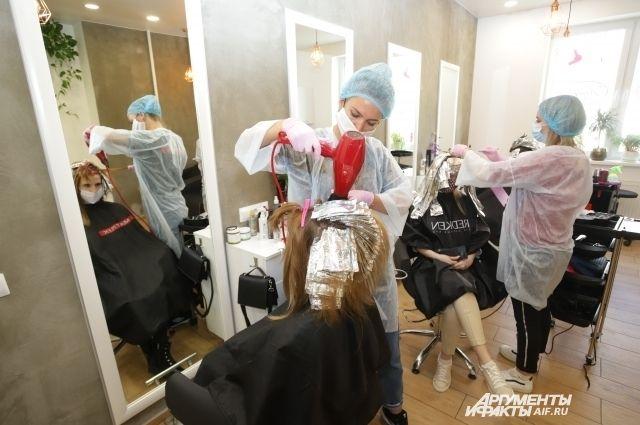 В парикмахерских «Семейная» и «Стрижка SHOP», не выполняли противоэпидемиологические мероприятия, направленные на предупреждение распространения заболевания.
