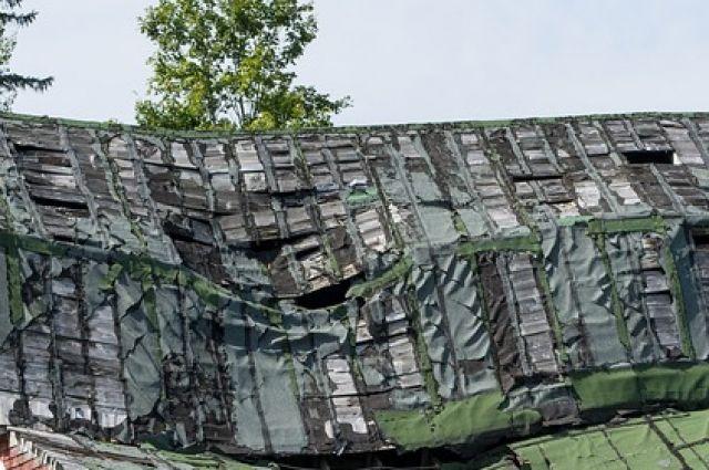 В ГУ МЧС рассказали, что ЧП произошло в 11.15.  Произошло разрушение части чердачного перекрытия и кровли на площади 10 квадратных метров.