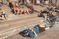 Под КГГА велосипедисты устроили «лежачий» протест: требования участников
