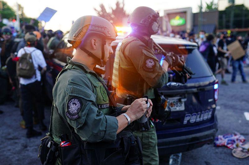 Полицейский, стрелявший в Брукса, уволен. Его коллега Девин Бронсон, также участвовавший в задержании, отстранен от работы.