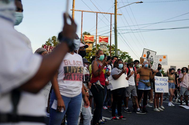 Горожане на митинге после случившегося.