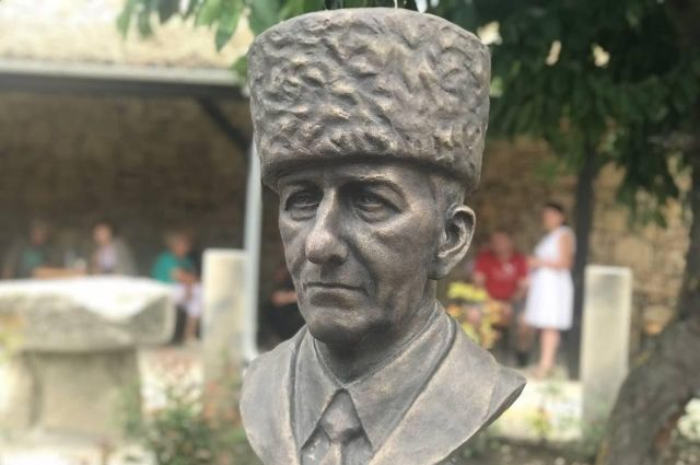 Бюст Идриса Базоркина установлен в Болгарии.