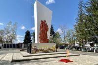 В центре мемориального ансамбля воинам-односельчанам в пос. Тяжинском - памятник, на котором запечатлена знаменитая фигура воина-освободителя Николая Масалова.