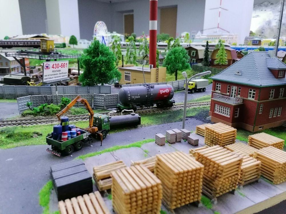Строительство, железная дорога - всё двигается, работает, живёт.
