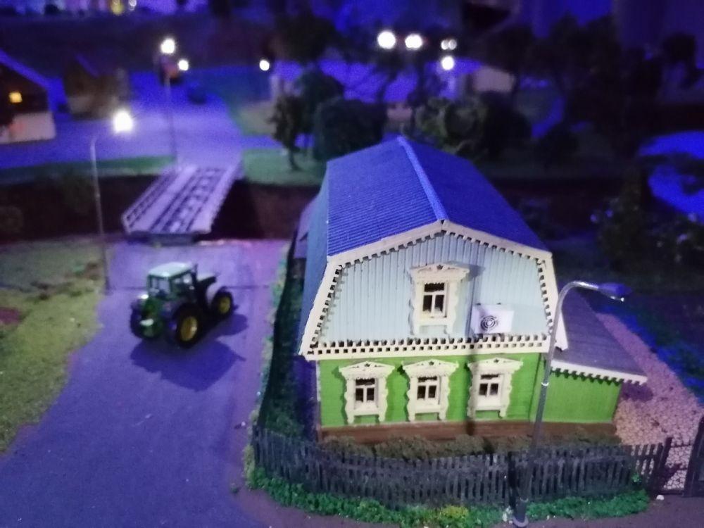 """Фонарики и засыпающий дом - экспозиция работает по принципу """"день - ночь""""."""