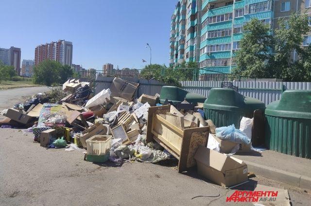 Оренбуржцы жалуются на переполненные мусором площадки в Степном.