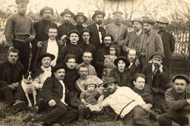 Ссыльные. Нарым, 1915-1916 гг. В верхнем ряду первый слева (в фуражке) Андрей Звездов.