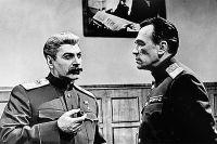 Фрагмент телесериала «Семнадцать мгновений весны»: начальник внешней разведки докладывает Сталину последние разведданные.
