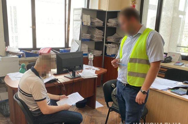 В Харькове на взятке в 30 тыс. гривен задержали госслужащего