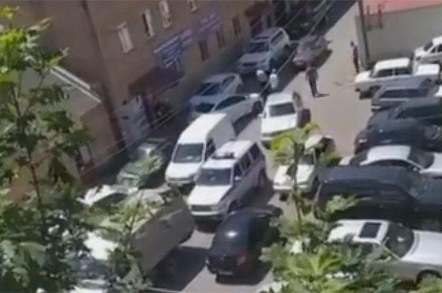 Видео снято очевидцем после перестрелки на улице Коммунальной.