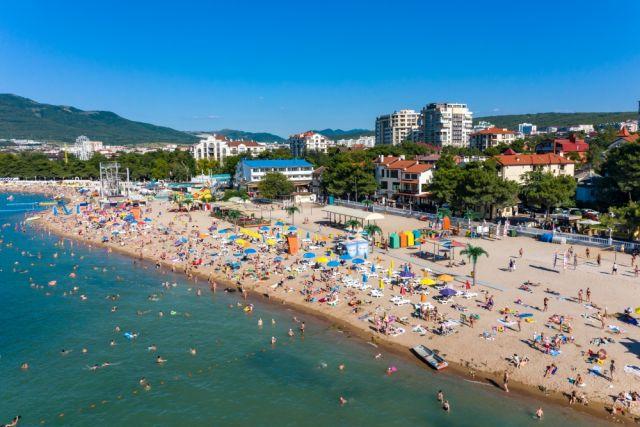 Отдыхающих на Черноморском побережье пока не много, но с 21 июня в край могут приехать все желающие.