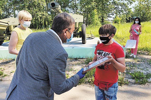 Владимир Иопа вручает диплом победителю конкурса.