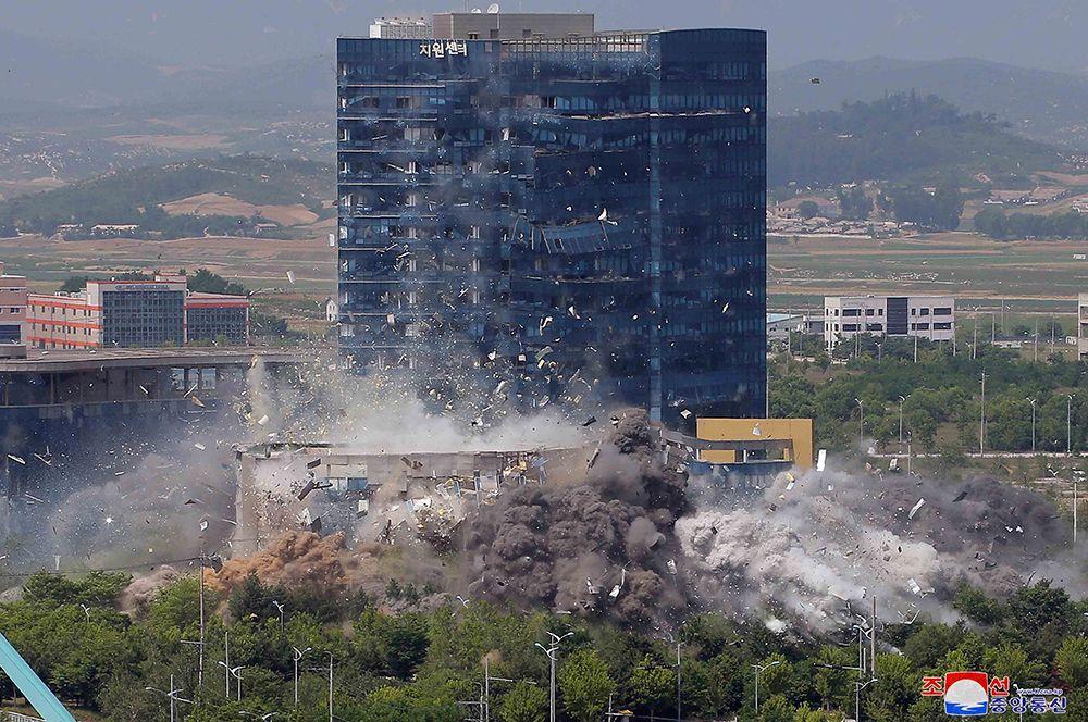 Момент взрыва офиса связи. Снимок предоставлен Центральным телеграфным агентством Кореи.