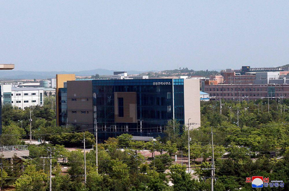 Общий вид здания отделения связи, которое было взорвано КНДР. Снимок предоставлен Центральным телеграфным агентством Кореи.