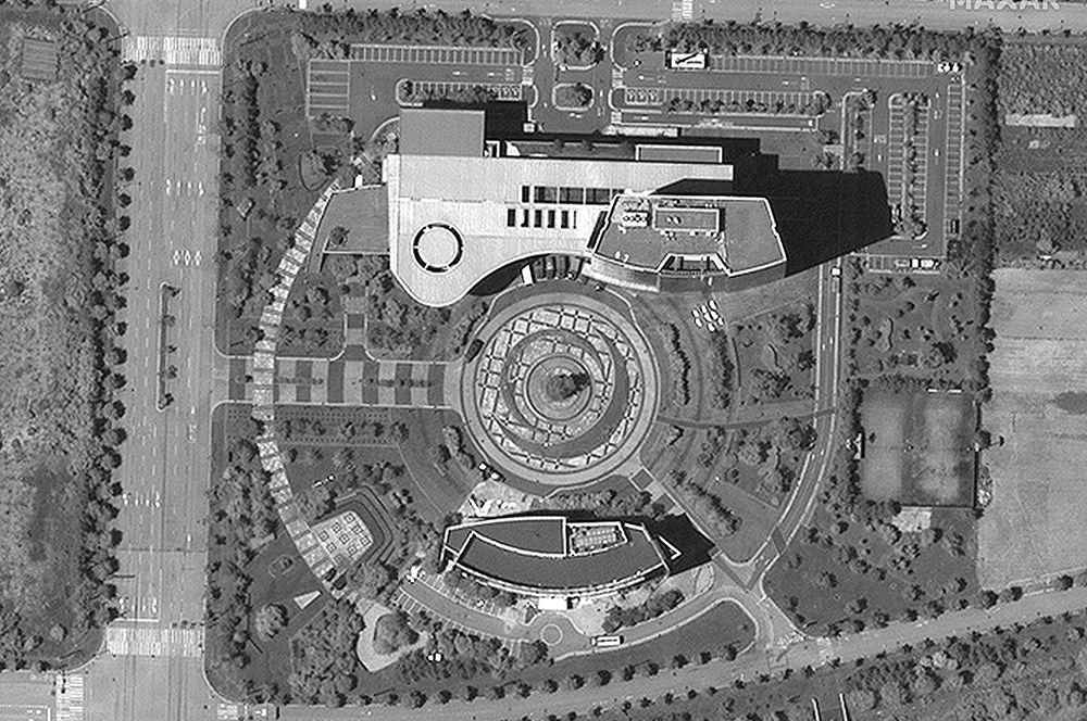 Общий вид здания отделения связи, которое было взорвано КНДР. Снимок со спутника.