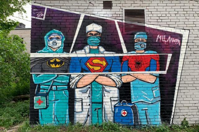 Во Всеволожске граффитисты из районного молодежного центра «Альфа» создали рисунок «Суперврачи», где представили в образе супергероев тех, кто в этом году оказался на передовой борьбы с коронавирусной инфекцией.