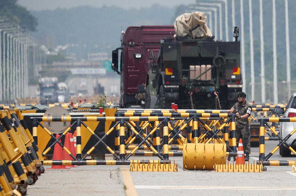 Военные на контрольно-пропускном пункте по дороге к промышленному комплексу Кэсон, Пхаджу, Южная Корея.