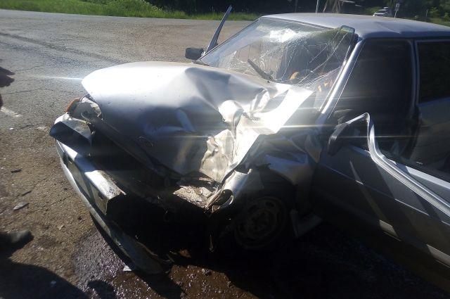Водитель легковушки получил серьёзную травму.
