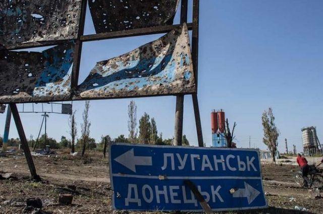 В Луганске очередь за пропусками на КПВВ разогнали люди с автоматами
