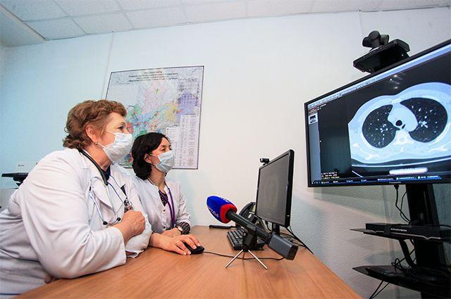 Врачи в Центре дистанционного консультирования с применением телемедицинских технологий. Иркутская областная клиническая больница.