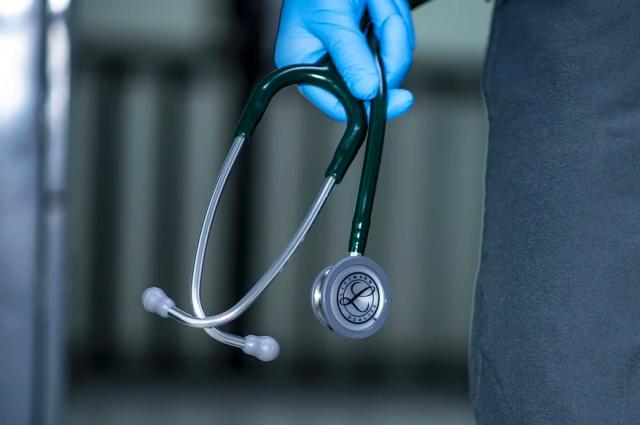 Президент РФ поручил дополнительно вознаградить труд сотрудников медучреждений, работающих на передовой борьбы с коронавирусом.