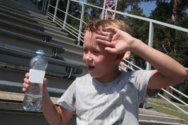 В жару важно не забывать о воде и головных уборах.
