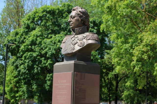 Бюст знаменитому полководцу украсил сквер «Крылатые земляки» в Заднепровье.