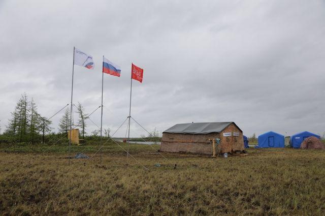 Копию Знамени Победы подняла «Транснефть – Сибирь» над полевым городком